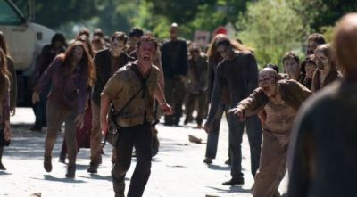 the-walking-dead-605-rick-grimes-running-walkers-590x900